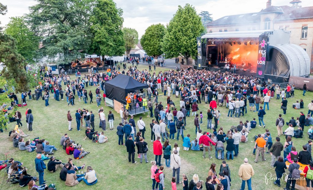 site du festival Festicolor 2015 avec les festivaliers sur l'herbe devant la scène